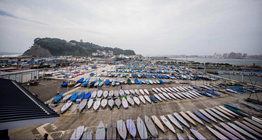 PRØVE-OL: Båtene ligger klare i havnen i Enoshima før lørdagens start på prøve-OL.