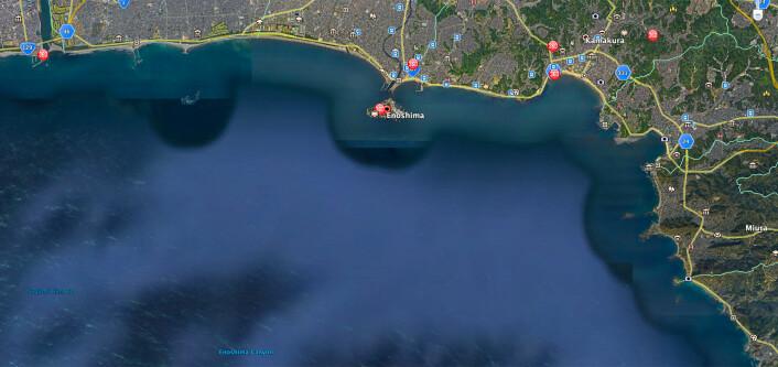 ENOSHIMA: Øya Enoshima ligger i havbukten Sagami der OL-seilasene skal foregå. Ved sørlige vinder står havet rett inn uten noen beskyttende skjærgård.
