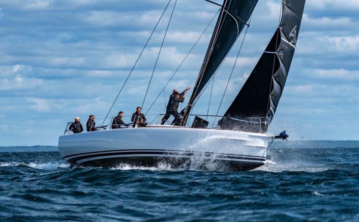 NY: Shogun 50 «Ladykiller4» ble seilklar rett før start. 50 foteren ble seks i den største klassen vunnet av en Swan 45.