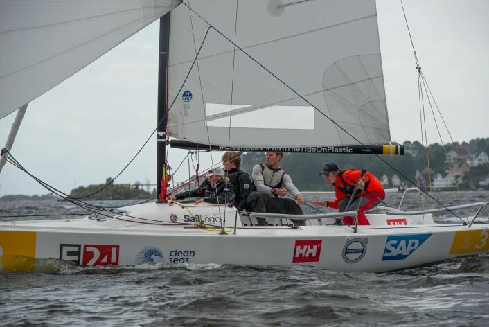 FØRSTE DAG: Den første dagen manglet Tønsberg-seilerne lagdraktene, men drakter ikke - seilerne viste suveren seiling.