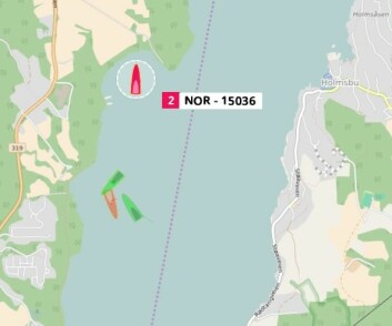 TRACKING: «Kraftkar» på grunn mens tre båter jobber for å få Sigmund Hertzberg opp av vannet lørdag ettermiddag.