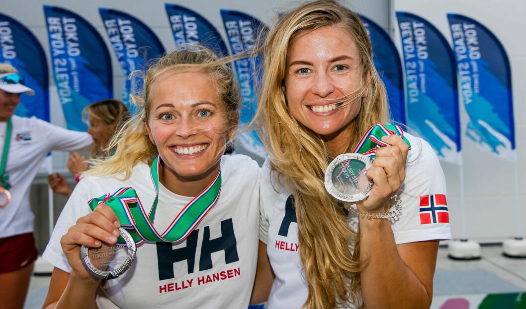 SØLV: Helene Næss og Marie Rønningen hadde grunn til å smile når de hadde tatt sølv i prøve-OL.