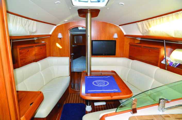 SALONG: Skyvbart kartbord sparer plass. Båten fremstår som moderne med lyse puter.