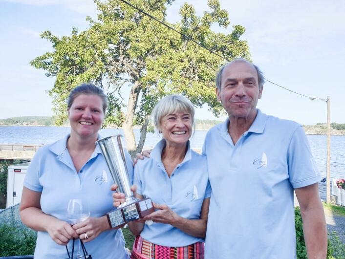 Hanne Naas, NIna Gresvig og formannen i Risør Seilforening, Rients van der Woude.