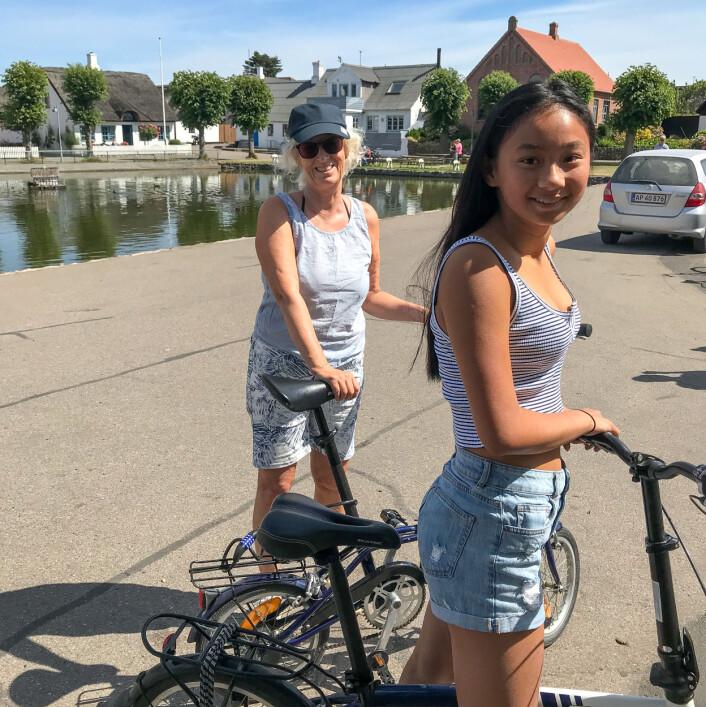 PÅSYKKEL: Elisabeth og Fie Brask på sykkeltur fra Nordby på Samsø.
