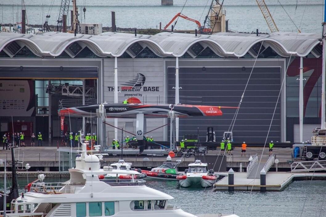 KLAR: Emirates Team New Zealand er klar for sjøsetting.