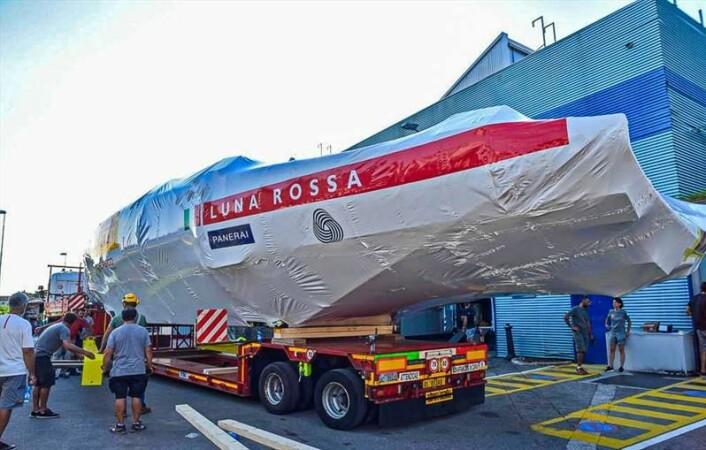 ITALIA: «Luna Rossa», den italienske utfordreren, er på vei fra verft til Sardinia for testseiling.