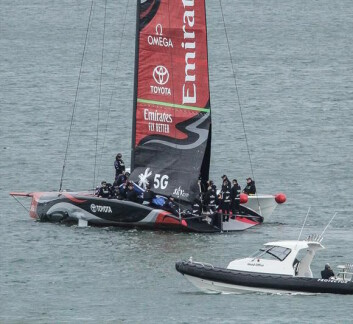TESTING: Det new zealandske laget har heist seil, men ikke seilt. Bildet viser hvordan storseilets to lag fungerer. Det er to spor i masten, og løsningen skaper en vingeprofil. Bildet viser også en spionbåt fra det italienske laget.