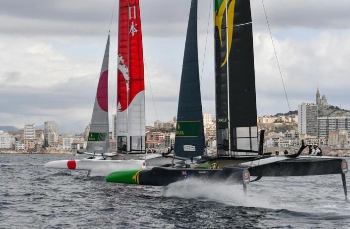 SUKSESS: Det ble en sportslik seier for Japan og Australia, men båtene har ingen hovedsponsor.