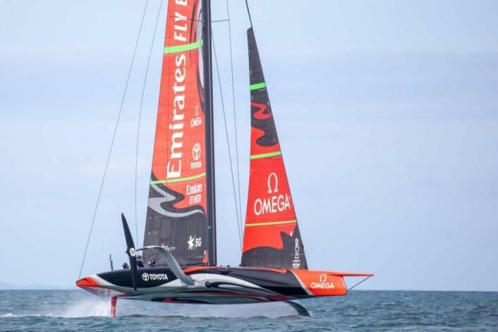 Emerates Team New Zealand under seil