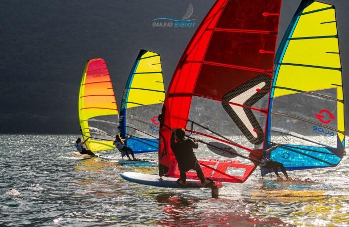 FORBISEILT: Foilbrett seiler raskere og høyere enn tradisjonelt brett. Det er også mindre fysisk.