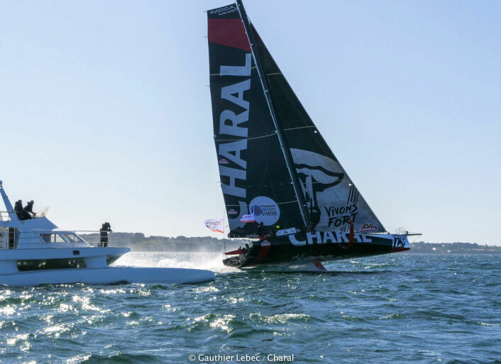 RASK: En vinge i vannet løfter den 60 fots lange og åtte tonns tunge «Charal». Det reduserer motstanden, og øker farten.