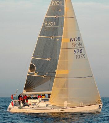 GENUA: First 40.7 er en typisk IMS-båt med rett baug, brøkdelsrigg og genua.