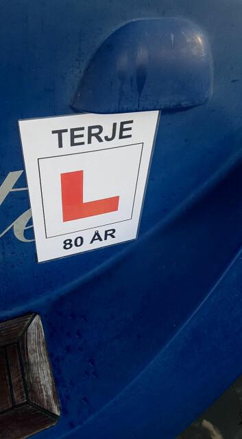 L: Øvelseskjøring-L på akterspeilet sørget for oppmerksomhet til Terje både på 75- og 80-årsdagen.