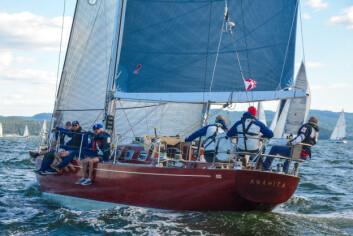 VAKKER: Ambassadøren liker trebåter, og har seil med Sparkman & Stephens «Anahita».