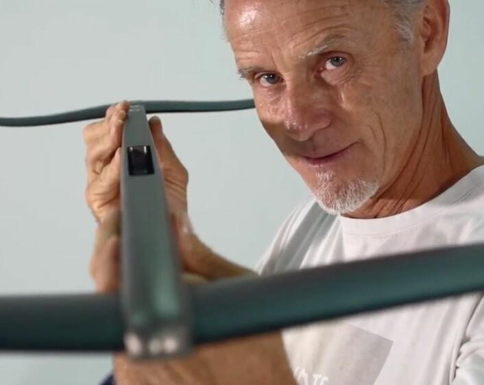 FOILING: Svein Rasmussen har tro på at foiling skal gjøre brettseiling stort igjen.