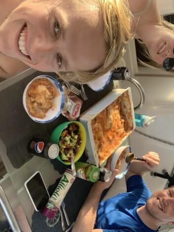 HAV: Middag midt ute på atlanteren - hjemmelaget lasagne!
