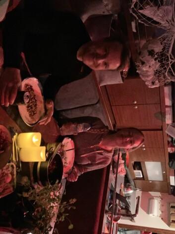 UNDERDEKK: Spiste middag inne i båten til rolige forhold ute.
