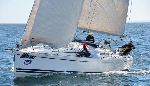 Innsmigrende tur- og regattabåt