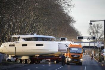 TRANSPORT: Katamaraner er krevende å transporteres på land, men veien fra elven til utstillingslokalet er kort.