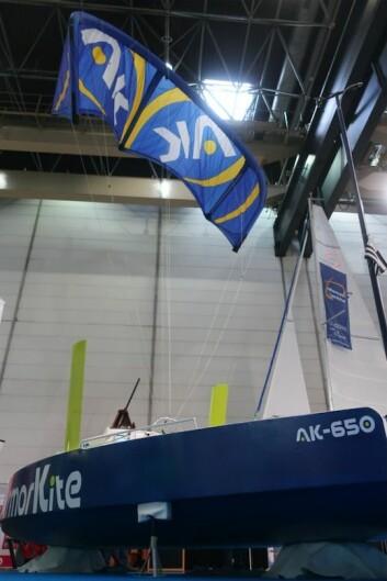 DRAGE: Kiten flyr 40 meter over båten hvor det er mer og jevnere vind.