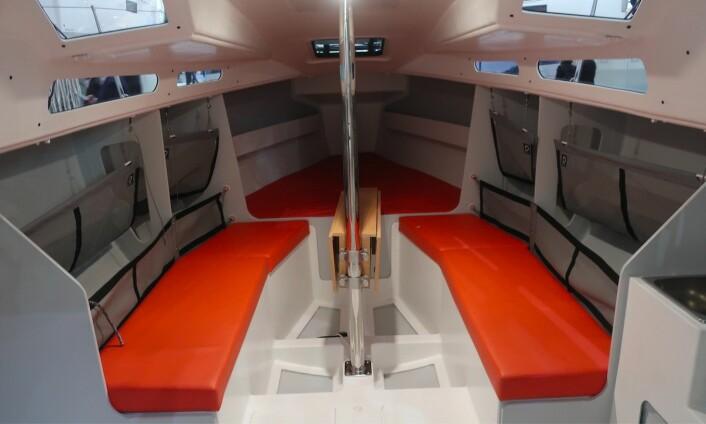 ENKEL: Det er bar med køyeplasser under dekk. Strukturelle skott er med å gjøre båten stiv og lett.