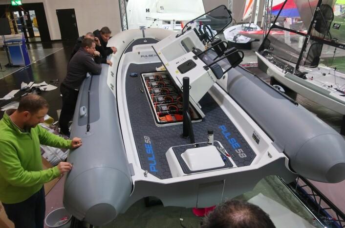 EL: RS Sailing har utviklet en treningsbåt som skal klare seg en dag på sjøen, og lades full over natten.