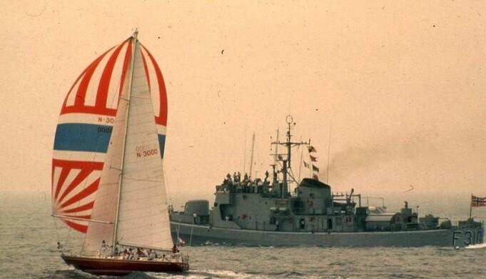 «Berge Viking» eskorteres av norsk marinefartøy etter starten i 1981