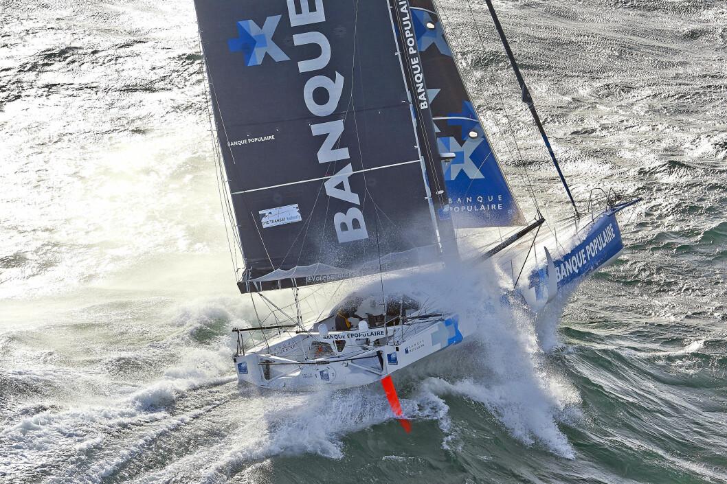 FLYR: Banque Populaire VIII med  skipper Armel Le Cléac'h vil holde høy hastighet etter start.