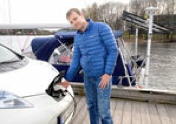 SMART: Trond Arvid Røsvik har utviklet et avansert elektrisk system i båten, basert på erfaringer fra hva han har gjort med solcellepanel hjemme.