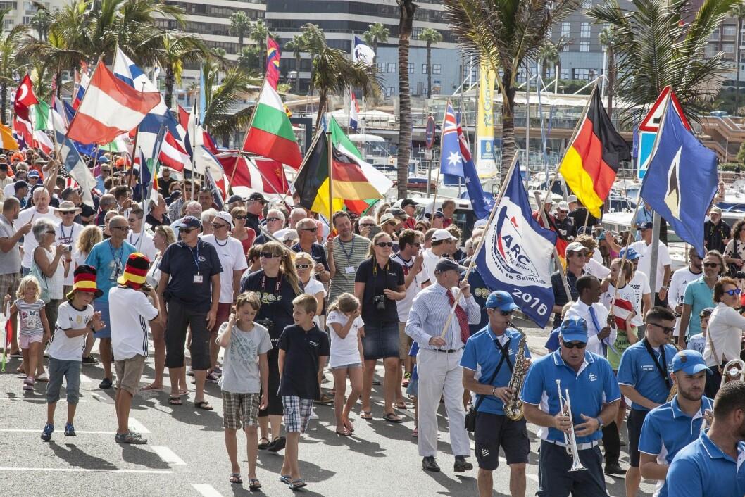 ÅPNING: Flaggparade langs bryggeanlegget i Las Palmas åpnet ARC som arrangeres for 31. gang