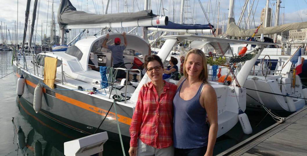 DAMENE OG BÅTEN: Meritxell Canut og Ingrid Fladmark foran JPK 45-en de skal seile i over Atlanterhavet.