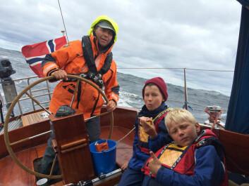 EVENTYR: Å krysse havet gir en egen følelse. Her er Olav Strand Idås og Henrich Nissen-Lie på vei til Skagen i sommer med Trond Idås til rors.