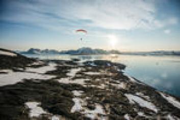 LUFTIG: Hornsund på sitt beste. Andreas i fri flukt med «Barba» i sitt rette element til høyre i bildet.
