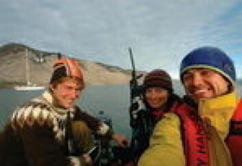 ISBJØRN I SIKTE: Audun Hetland (t.v) Åshild Thomasen og Tor Henrik Larsen er på vei inn mot stranda. På Svalbard er det flere isbjørner enn mennesker og våpen til selvforsvar er en selvfølge. Et par ...