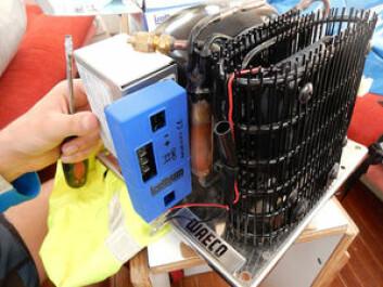 SPARER: Isotherm Smart Energi Kontroll passer på aggregatet fra Waeco. Til denne kobles strøm, vifte, samt føler og stryringsenhet.Strømforbruket skal reduseres med opp til 50 prosent i følge reklamen. Denne kan ...