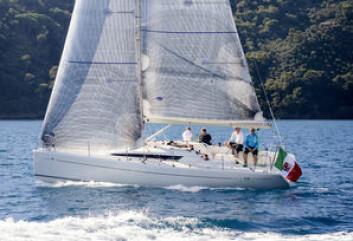 KRYSS: Italia 9.98 har lekre linjer, og seiler bra. Båten trives på kryss.