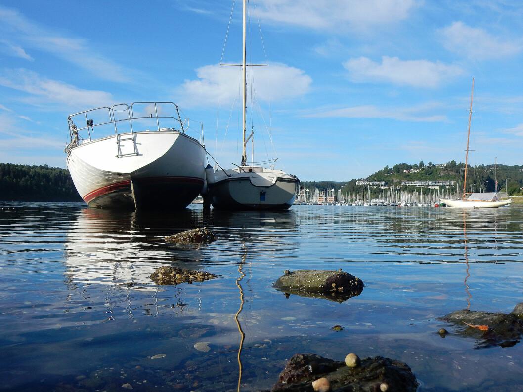 VRAK: To forlatte båter ligger i Leangbukta. Disse har tidligere ligget på andre steder i området.