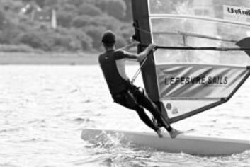KANT: Div II-brettene er som å seile en kano. Brettene går raskest når brettet kantes. Det gjør at kjølen gir løft.