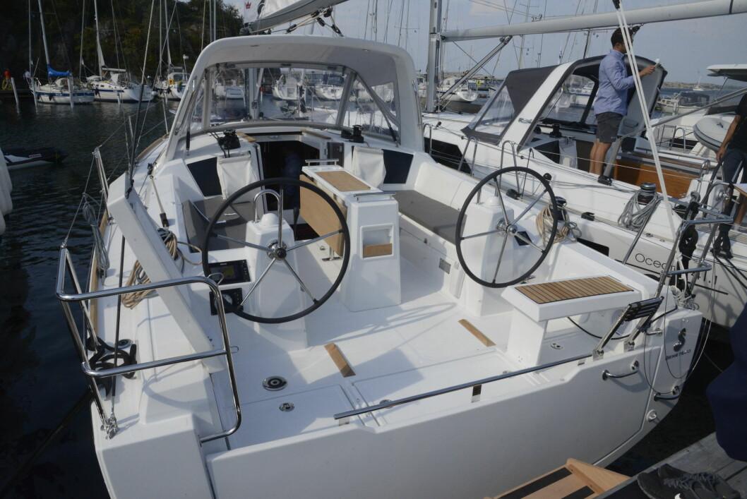 STØRST: Cockpiten på Oceanis 35 er gedigen. Targabøylen er unik.