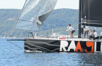 RULL: Christian Løken fikk en tøff jobb med å rulle inn forseilet i hvert slag. Det gikk så fort at båten tapte minimalt med fart.