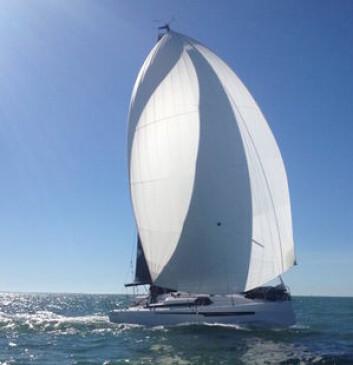 SPINNAKER: Båten har en symetrisk spinnaker som går helt til mastetoppen. På slør er seilarealet 116 kvm.