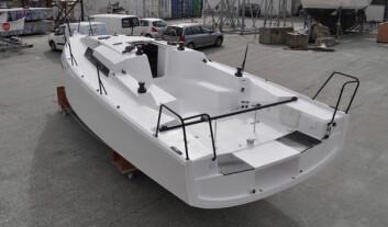 COCKPIT: Båten har rorkult plassert langt bak. Den går under løygangen. Spørsmålet er om hvordan cockpiten fungerer for shorthandseiling, og med fullt mannskap.