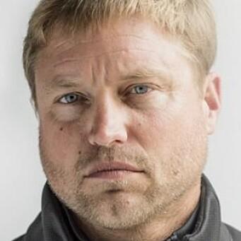 Skade: Alex Thomson er ikke bare seiler. han må også kunne mekke for å reparere skader underveis.