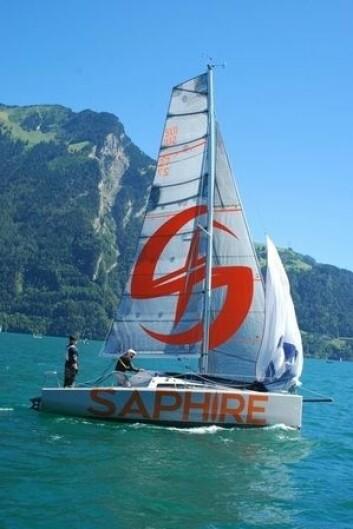 POSE: Deckshute tilpasses båten, og skal fungere på alt fra mindre til større seilbåter. her på en Saphire 28.