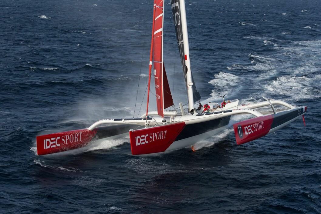 REKORD: 103 fot lange «Idec» har også seilt jorden rundt tidligere. Båten er den samme som «Groupama» som Franck Cammas satte rekord med i 2010, da med 48 d, 7t, 44 m.