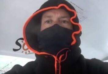 KALDT: Thomas Coville må bruke sine varmeste klær fra sponsoren Helly Hansen for å holde varmen. Både vann og luft er under fem grader.