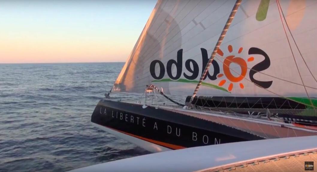 HØYTRYKK: «Sodebo Ultime» bærer fulle seil. Båten er på 43 grader syd, og vanntemperaturen er på 7 grader.
