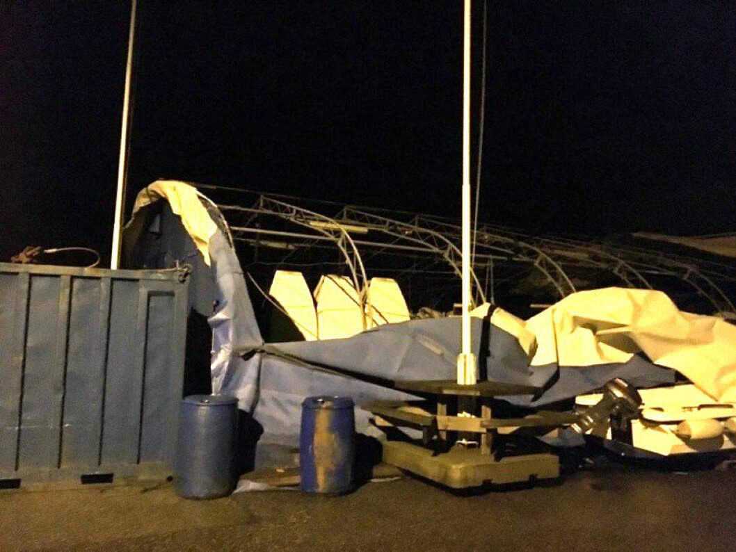JOLLETELTET: Urd har revet av taket til jolleteltet på Askøy Seilsportssenter.