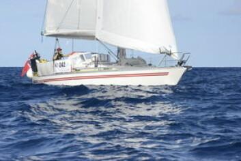 FORNØYDE: Jakob Slettevold og Eirin Bråten Nygård seiler både en liten og gammel båt, men klager ikke på utstyret.